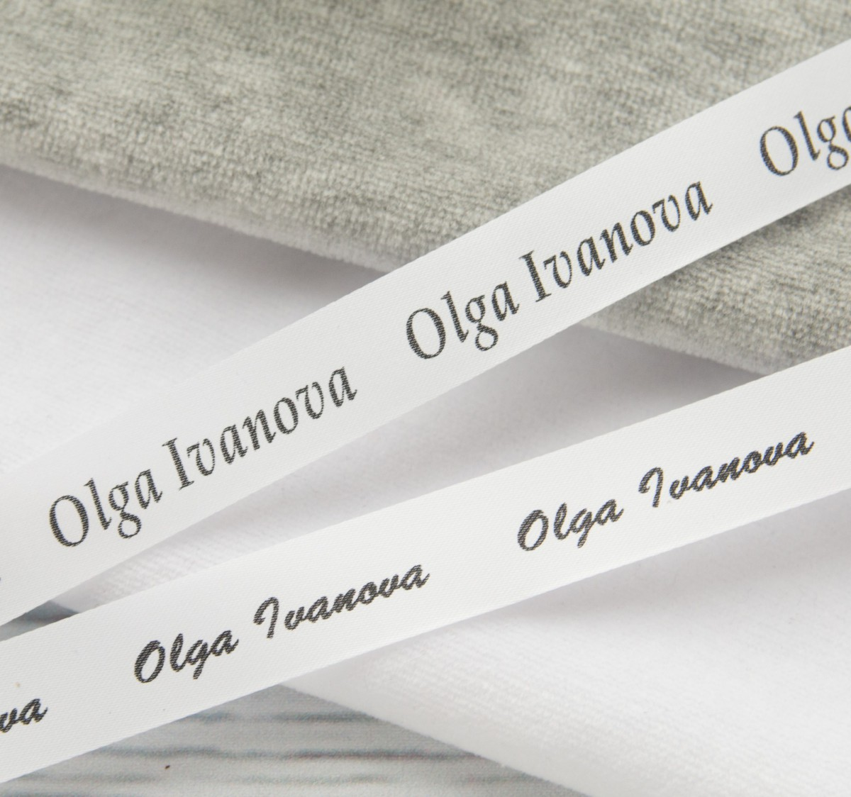 Лента сатин белая+черный 25мм/500шт (3,2 руб/шт.)